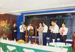 Lãnh đạo Công ty CP Sông Đà 1 đánh cồng khai trương Phiên giao dịch cổ phiếu SD1 đầu tiên
