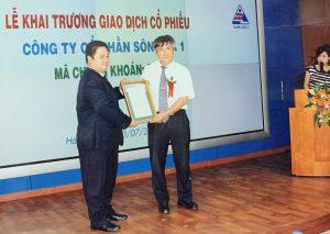 Lãnh đạo Công ty Cổ phần Sông Đà 1 nhận Giấy chứng nhận đăng ký niêm yết cổ phiếu